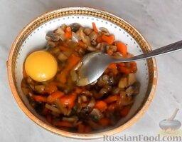 Домашняя колбаса с грибной начинкой: Добавить 1 яйцо.