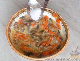 Домашняя колбаса с грибной начинкой: Добавить 0,5 ч. ложки соли. Тщательно перемешать. Начинка готова.