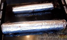 Домашняя колбаса с грибной начинкой: Колбаса готова. Достать из духовки и оставить остывать прямо в фольге. Потом поставить домашнюю колбасу на 4 часа в прохладное место (можно вынести на балкон или поставить в холодильник).