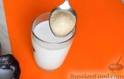 Домашняя колбаса с грибной начинкой: В стакан молока добавить столовую ложку желатина.