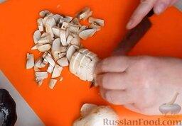 Домашняя колбаса с грибной начинкой: Грибы вымыть и мелко нарезать.