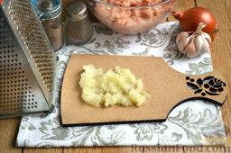 Тефтели в мультиварке: С помощью кулинарной терки измельчаем очень мелко очищенную луковицу.