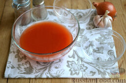 Тефтели в мультиварке: В отдельную посуду выкладываем томат-пасту. Густую пасту разводим обычной водой до состояния жидкой сметаны.