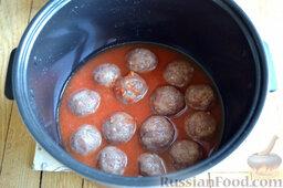 Тефтели в мультиварке: Заливаем тефтели разведенной томат-пастой.