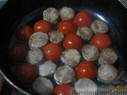 Фритатта самая простая: На сковороде со съемной ручкой на разогретом растительном масле обжарьте колбаску с обеих сторон до золотистости. А потом между кружочков колбасы выложите примерно половину помидорок шкуркой вверх. Жарьте минуты 3.
