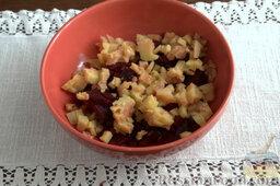 Винегрет с копченой форелью: Добавляем нарезанный картофель.