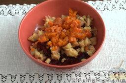 Винегрет с копченой форелью: Добавляем в миску с салатом нарезанную вареную морковь.