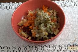 Винегрет с копченой форелью: С помощью острого ножа нарезаем огурцы, добавляем в салат.