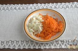 Рыбный гуляш (в мультиварке): Измельчаем лук, шинкуем на кухонной терке морковь.