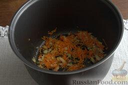 Рыбный гуляш (в мультиварке): Выкладываем овощную массу в емкость мультиварки, наливаем масло. Готовим в режиме «Жарка» 5 минут.