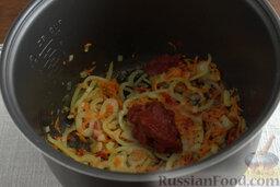Рыбный гуляш (в мультиварке): Вводим в чашу томатную пасту, сахар и соль.