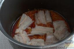 Рыбный гуляш (в мультиварке): Добавляем в овощную смесь кусочки рыбы, включаем печь на режим «Тушение». Ждем 50 минут.