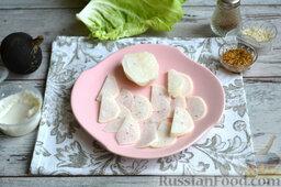 Салат с колбасой: Черную очищенную редьку нарезаем тонко.