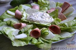 Салат с колбасой: Перекладываем соус в середину блюда. Посыпаем кунжутом весь салат.