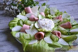 Салат с колбасой: В таком виде подаем салат на стол - каждый из гостей сможет сам решать, сколько соуса ему необходимо.