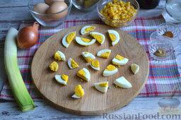 Салат с кукурузой и колбасой: Яйца варим около 10 минут (нам понадобятся сваренные вкрутую). Разрезаем их на одинаковые по размеру ломтики. Пару ломтиков оставляем в стороне для сервировки салата.