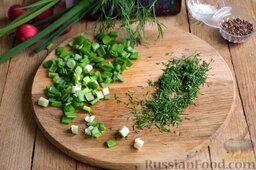 Салат из капусты с редиской: Зелень (укроп и зеленый лук) нарезаем мелко.
