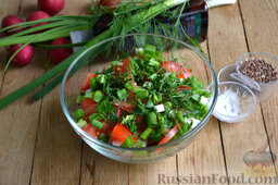 Салат из капусты с редиской: Добавляем ко всем продуктам нарезанную зелень.