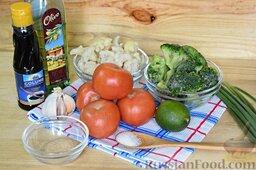 Салат из брокколи и цветной капусты: Подготовим продукты для салата из брокколи и цветной капусты. Замороженные соцветия брокколи и цветной капусты, томаты среднего размера, зеленый лук, и - у нас под рукой оказался лайм, который с успехом может быть заменён лимоном. Для салатной заправки мы приготовим имбирно-чесночный соус, поэтому нам потребуется пару крупных долек чеснока, а также молотый имбирь, сахар и соевый соус. В качестве растительного масла лучше всего использовать оливковое.
