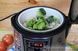 Салат из брокколи и цветной капусты: Как приготовить салат из брокколи и цветной капусты:    Сварим на пару соцветия брокколи и цветной капусты. Если вы для этого воспользуетесь мультиваркой (как сделали это мы), то удобно использовать режим «варка на пару». Достаточно будет 25 минут.