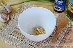 Салат из брокколи и цветной капусты: Пока варятся овощи, займёмся заправкой для салата. В отдельную ёмкость выдавим зубчики чеснока через чеснокодавилку. Добавим сахар, молотый имбирь. Перемешаем.