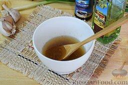 Салат из брокколи и цветной капусты: Зальём оливковое масло, соевый соус и опять всё перемешаем. Имбирно-чесночный соус готов.