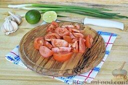 Салат из брокколи и цветной капусты: Порежем острым ножом тщательно помытые помидоры крупными дольками.