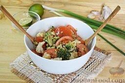 Салат из брокколи и цветной капусты: Зальём имбирно-чесночным соусом. Перемешаем.
