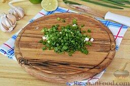 Салат из брокколи и цветной капусты: Мелко порубим перья зелёного лука.