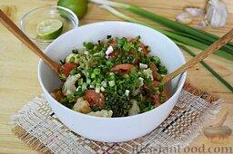 Салат из брокколи и цветной капусты: Выложим к остальным продуктам.