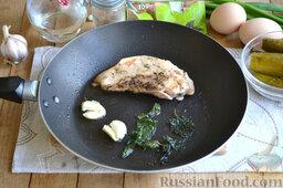 Праздничный салат с курицей и картофелем: На сковороде разогреваем масло, выкладываем куриное филе на сковороду. На вторую сторону сковороды выкладываем раздавленные ножом зубчики чеснока и мяту. Обжариваем мясо с двух сторон на умеренном огне до красивой, нежной корочки.   После легкой обжарки филе перекладываем в форму для запекания и ставим в духовку. Запекаем обжаренное мясо 15-20 минут при температуре 180 градусов.