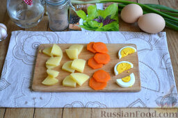 Праздничный салат с курицей и картофелем: Яйца варим вкрутую (8-10 минут).  Остывшие картофель и морковь, а также яйца очищаем и нарезаем произвольными ломтиками.