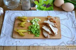 Праздничный салат с курицей и картофелем: Маринованные огурцы, зеленый лук и остывшее мясо также нарезаем произвольными ломтиками.