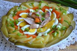 Праздничный салат с курицей и картофелем: На блюдо по кругу выкладываем сначала огурец, затем картофель, морковь и яйца. Затем кладем в середину, аккуратно и красиво, куриное мясо. Посыпаем салат зеленым луком. Солим салат по вкусу и сбрызгиваем оливковым маслом.  Салат выкладываем таким образом на нескольких тарелках для подачи на праздничный стол.