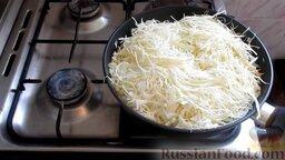 Жареная капуста с шампиньонами: Выложить в сковородку капусту.