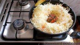 Жареная капуста с шампиньонами: Затем все перемешать. В серединку на дно положить замороженные помидоры и сверху накрыть капустой. И жарить еще 10 минут под крышкой.