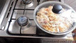 Жареная капуста с шампиньонами: Накрыть крышкой и оставить жариться еще 10 минут.