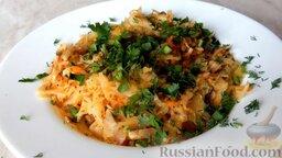 Жареная капуста с шампиньонами: Выложить жареную капусту с грибами на тарелку и подавать горячей.   Приятного аппетита!