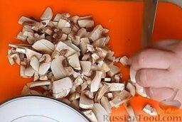 Жареная капуста с шампиньонами: Нарезать небольшими кусочками грибы.