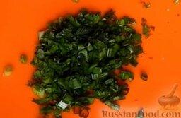 Жареная капуста с шампиньонами: Оборвать листья укропа со стеблей. Зеленый лук и укроп мелко нарезать.
