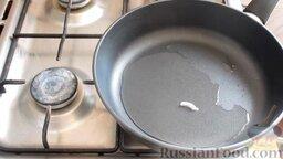 Жареная капуста с шампиньонами: Поставить сковородку на большой огонь, влить небольшое количество растительного масла.  Проверить, нагрелось ли масло. Для этого бросить на сковородку кусочек лука. Если масло нагрелось, то зашипит и начнет пузыриться.