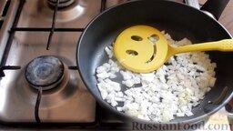 Жареная капуста с шампиньонами: Выложить лук в сковородку и немного обжарить, периодически помешивая.