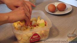 """Яблочный пирог """"Невесомость"""": Далее моем, очищаем и нарезаем яблоки на кусочки среднего размера. Поливаем яблоки соком лимона для того, чтобы они не потемнели и сохранили свой презентабельный вид.   Добавляем к яблокам сахар по вкусу и 3 ст. ложки кукурузного крахмала (или 1,5 ст. ложки картофельного крахмала). Всё аккуратно перемешиваем и отставляем яблоки в сторонку."""