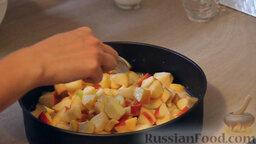 """Яблочный пирог """"Невесомость"""": Сверху теста обильно выкладываем подготовленные нами яблоки."""