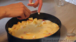 """Яблочный пирог """"Невесомость"""": Сверху яблок выкладываем остаток теста. Разравниваем его. Произвольно кладём сверху теста маленькие кусочки сливочного масла."""