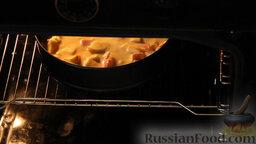 """Яблочный пирог """"Невесомость"""": Ставим пирог с яблоками в разогретую до 180 градусов духовку на 30 минут."""