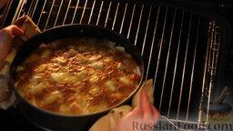 """Яблочный пирог """"Невесомость"""": Через 30 минут достаём готовый яблочный пирог из духовки. Готовность пирога проверяем зубочисткой. Даём пирогу немного остыть. Аккуратно снимаем форму."""