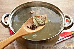 Бешбармак из свинины со слоеным тестом: Как только вода в кастрюле начнет закипать, обязательно снимите пену и следом добавьте специи: лавровый лист, перец душистый, гвоздику, соль. Варите мясо до готовности. На процесс уйдет от 1,5 до 2 часов.   Мясо извлеките (когда оно остынет, снимите с кости, нарежьте). Готовый бульон процедите. Немного мясного бульона отлейте для соуса с луком (примерно одну поварешку).