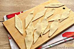 Бешбармак из свинины со слоеным тестом: Разрежьте на ромбики или квадратики.