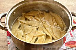 Бешбармак из свинины со слоеным тестом: Отварите тесто в мясном бульоне.